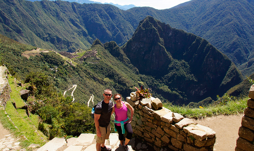 Photo-couple-machu-picchu-customized-travel-to-peru-min-min